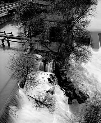 325_31-Locks-on-River